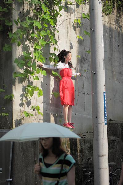 yowayowa levitando en la ciudad