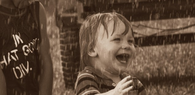 nene de dos años bajo la lluvia